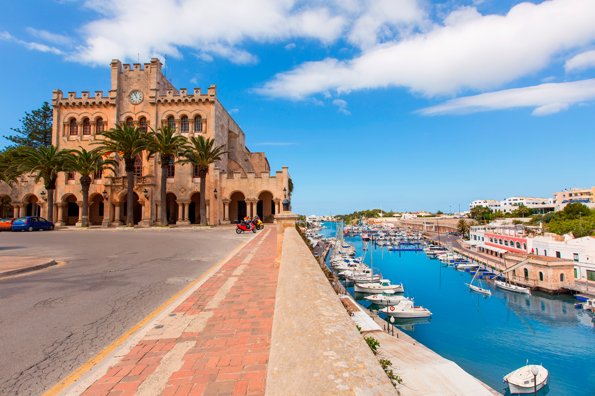 Algunas de las vistas que ofrece la ciudad: el Ayuntamiento junto al mar. Foto: Shutterstock