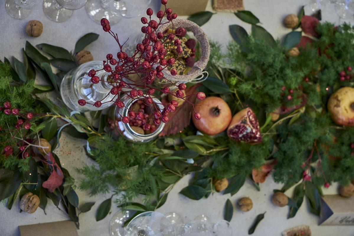 El bodegón natural con hojas y frutos de la temporada sencillos.