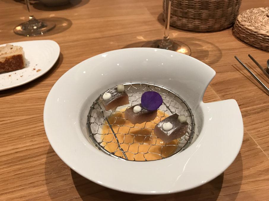 Arenque con salmorejo, uno de los deliciosos platos de El Choco. Foto: Almudena Martín.