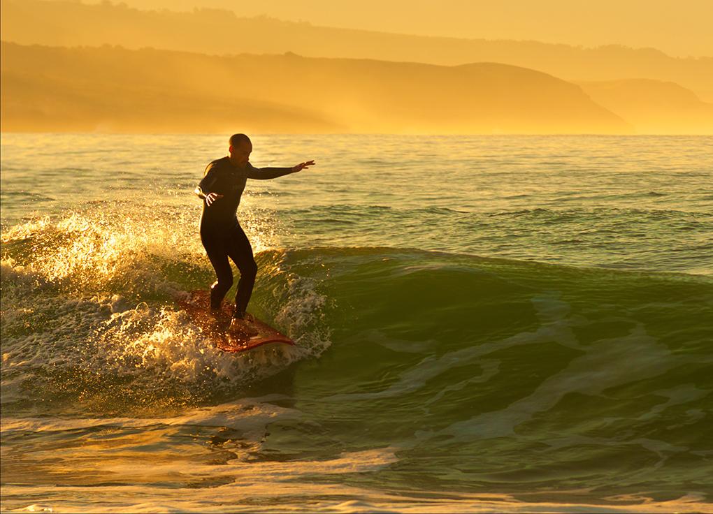 En Merón te esperan olas divertidas y kilómetros de playa poblada de amantes del surf. Foto: Jerónimo Piquero.