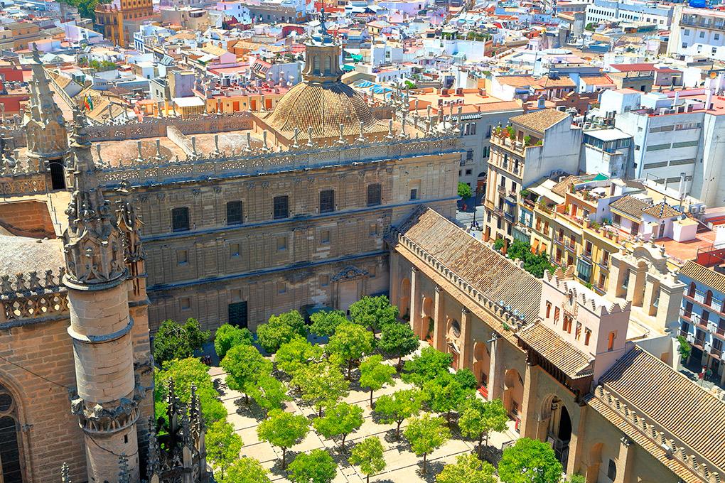 El Patio de los Naranjos desde la Catedral. Foto: Shutterstock.