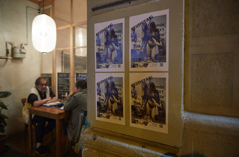 Un cartel en la entrada del restaurante pop up del chef Aitor Olabegoya anima a venir el fin de semana a Poble Sec (Barcelona).