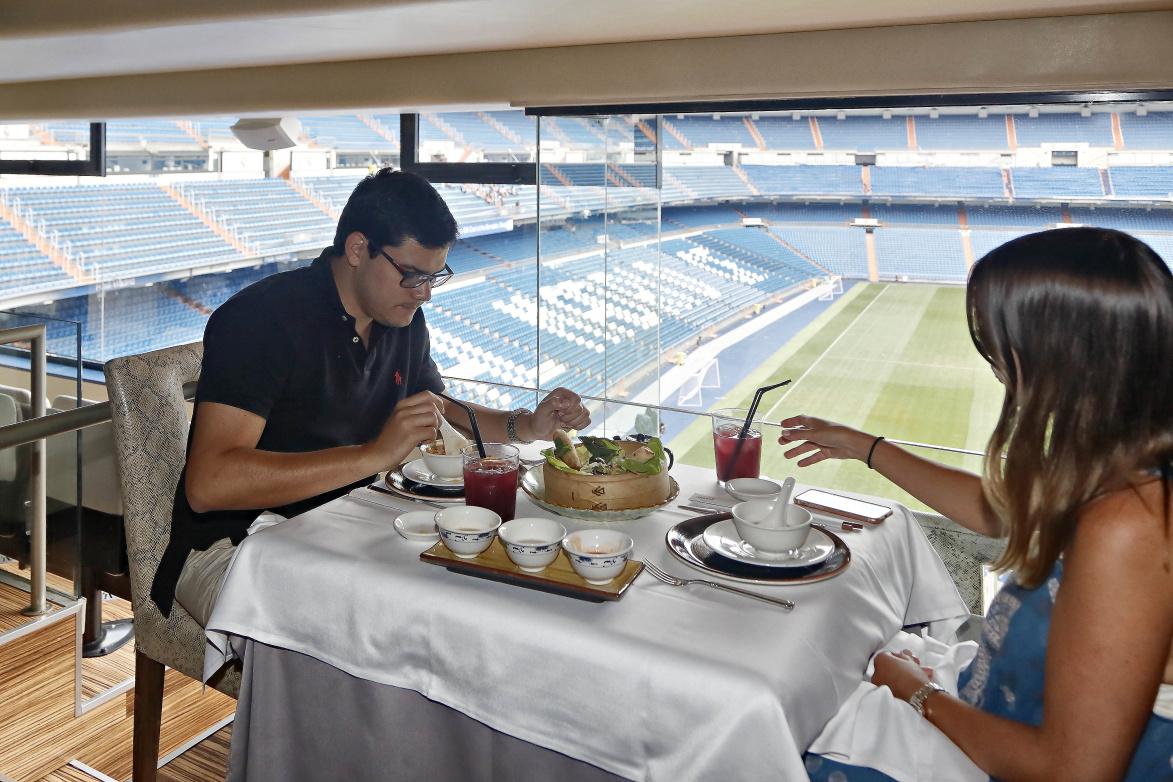 Una pareja comiendo