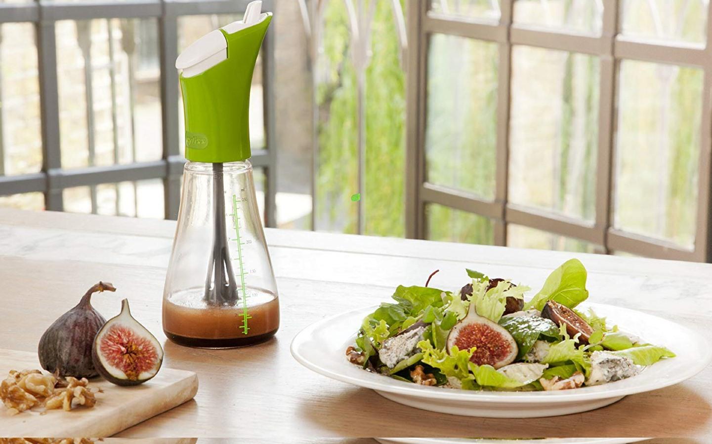 Para evitar que unas partes de la ensalada estén más sabrosas que otras, mezclador de aliños. Foto: Amazon