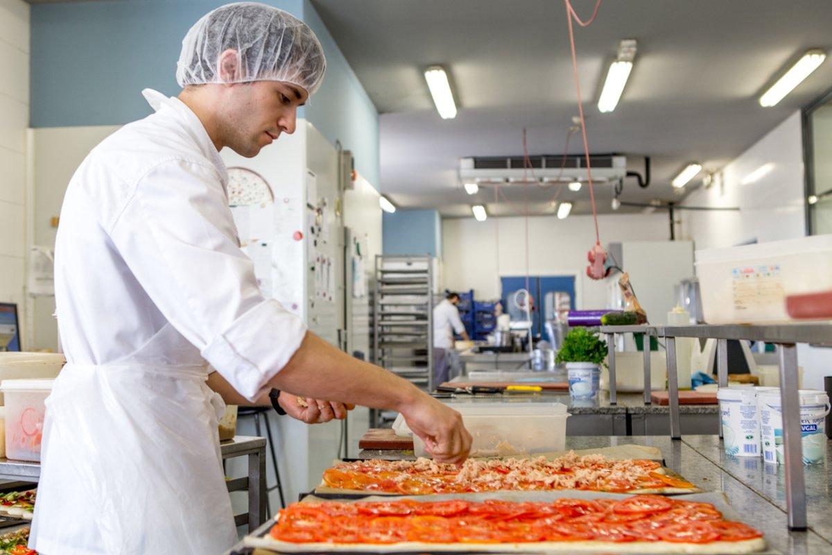 Pastelería y obrador Tugues (Lleida): personal trabajando en el obrador (2)