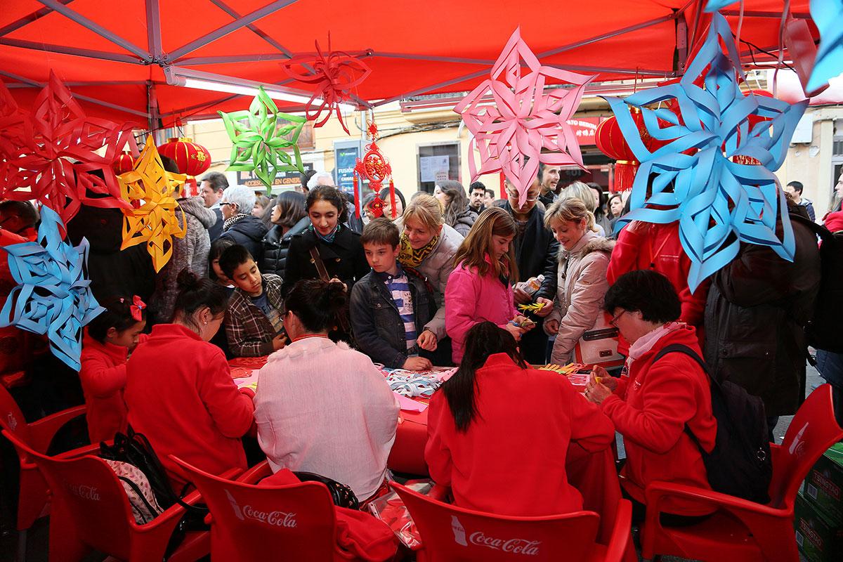 También es importante ver cómo se hacen los adornos del festejo. Foto: Instituto Confucio de Valencia.