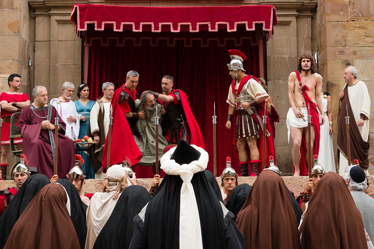 De las primeras escenas, Jesús ante los romanos. Foto: Asociación Vía Crucis Balmaseda