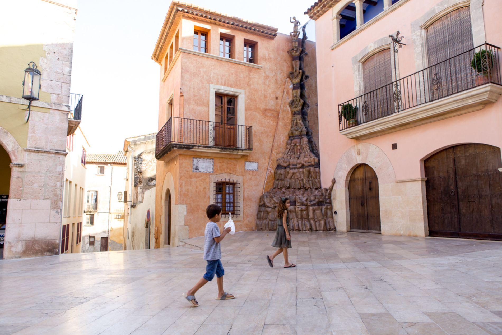 En la plaza del Pou se levanta el monumento a los 'castells' o torres humanas.