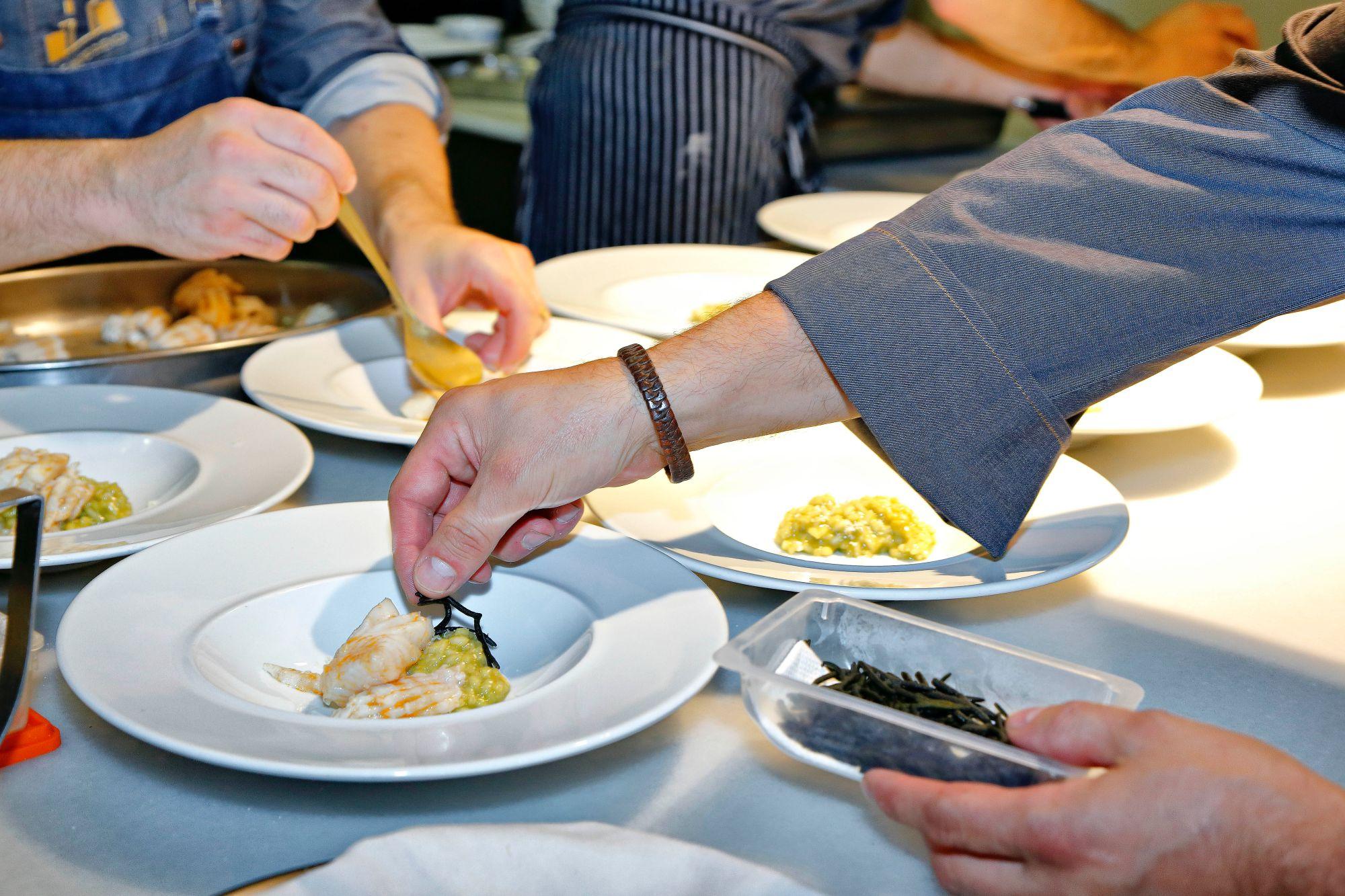 Restaurante 'Cocinandos' (León): raya a la gallega sobre arroz con plancton, algas y 'raifort'.