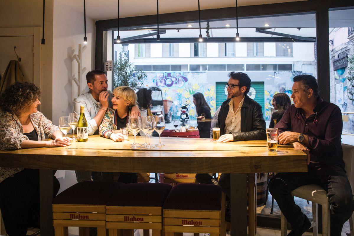 Un grupo de amigos charla animadamente en el bar Sorbito Divino, en Valencia.
