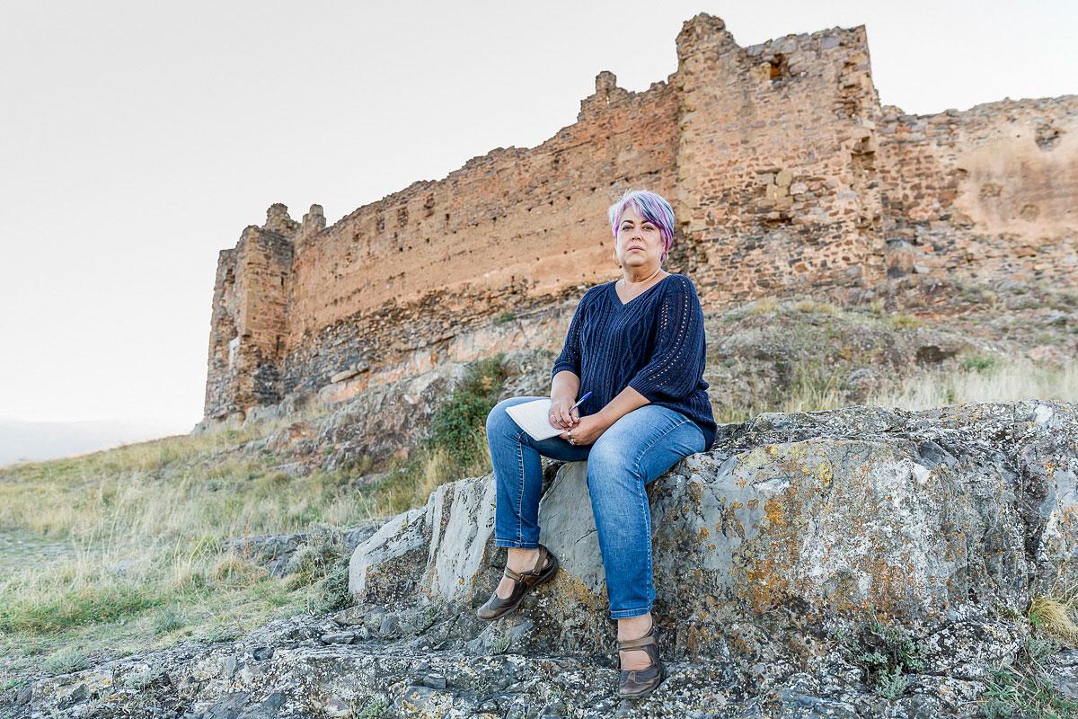 Trasmoz: Lola Ruiz Díaz, habitante del pueblo cuenta la historia de la brujería. Foto: Ferrán Mallol