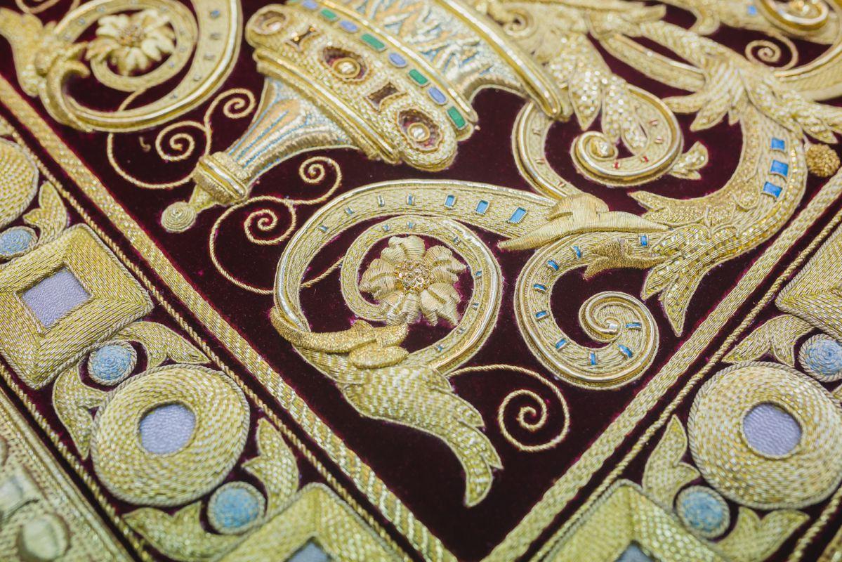Detalle de los faldones realizados con hilo de oro e hilos de seda de colores.