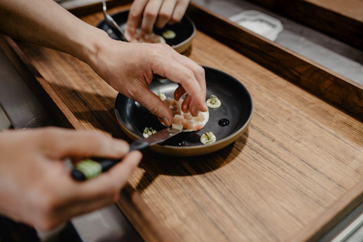 Emplatando los dados de atún en uno de los platos del restaurante 'Culler de Pau', en O Grove, Pontevedra.