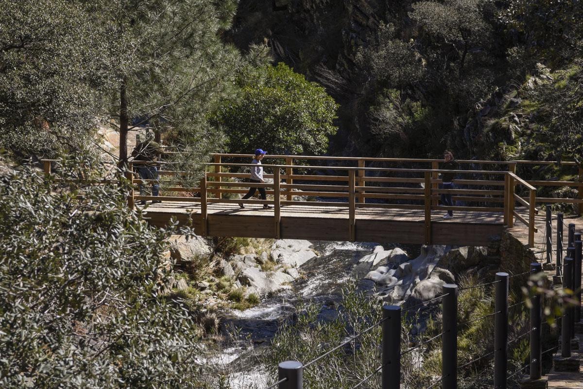 Uno de los puentes que han construido para llegar hasta el Chorrituelo.