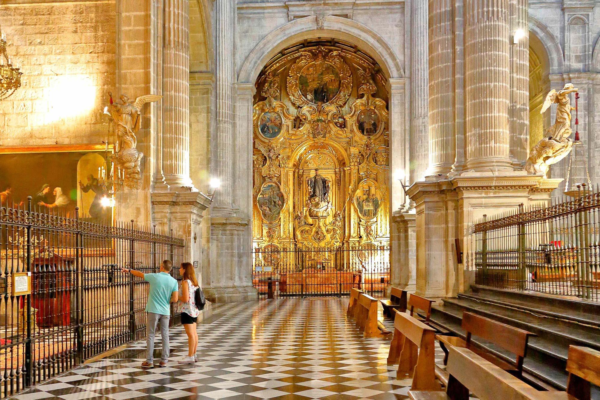 Tras las rejas de la Capilla Mayor se puede ver la lápida del obispo por fin enterrado.