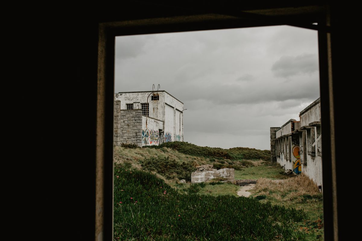 Antigua base militar norteamericana en la zona de Estaca de Bares, Mañón, A Coruña, hoy abandonada y cubierta de graffitis.