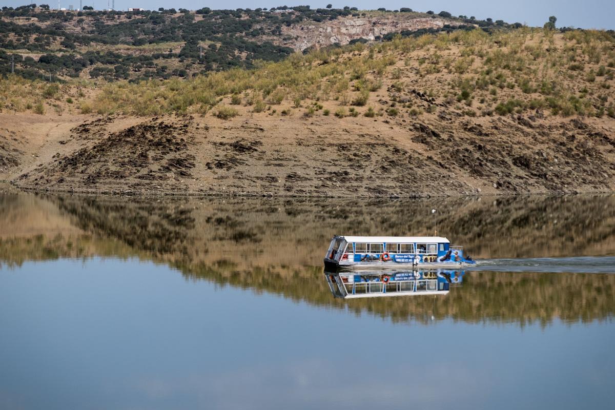 En la presa cercana al alojamiento se pueden contratar cruceros.