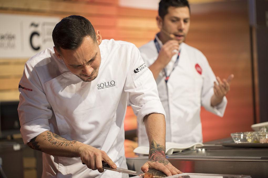 Uno de los ayudantes de Sollo abre una piraña durante el Fórum Gastronómico A Coruña.