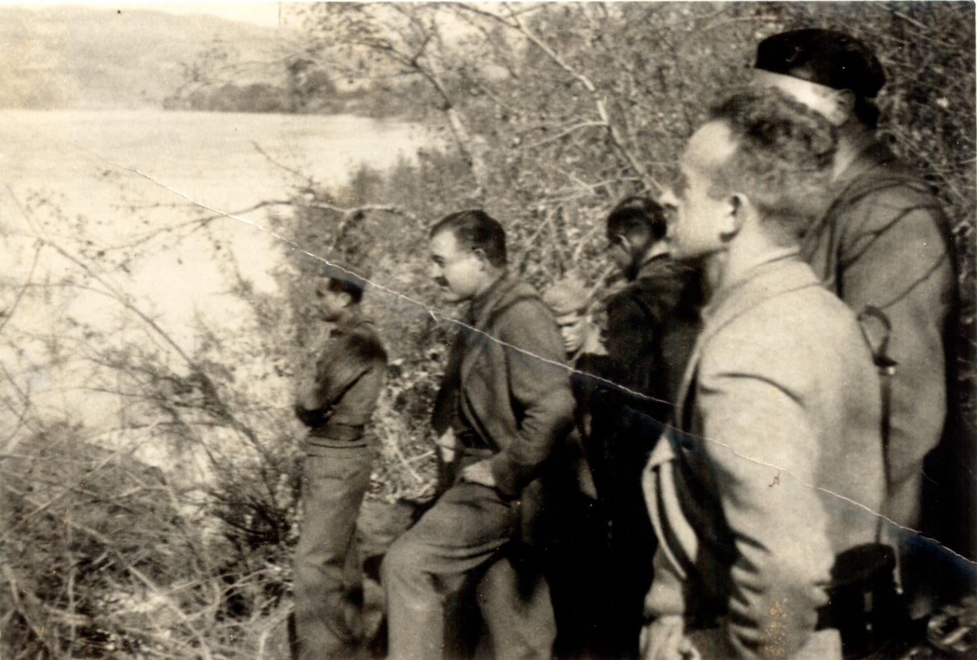Hemingway y Buckley asomándose al Ebro. Foto cedida por Ramón Buckley.