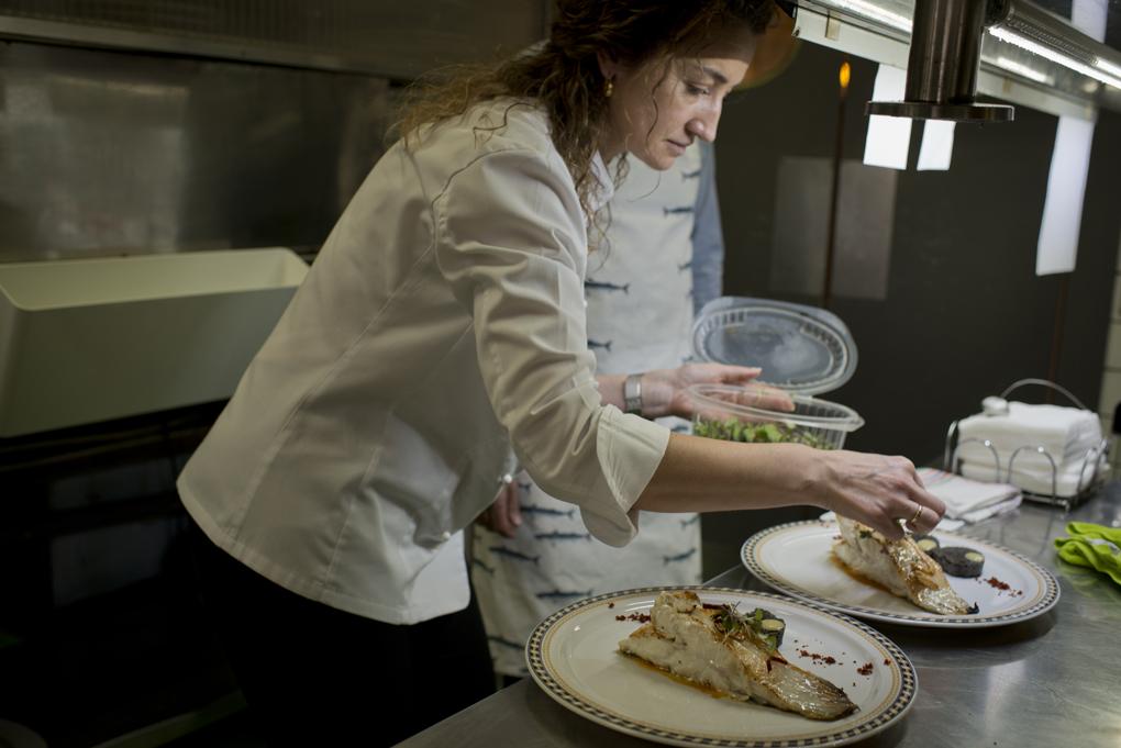 Ana, la jefa de Sala, dando el último toque a los platos.