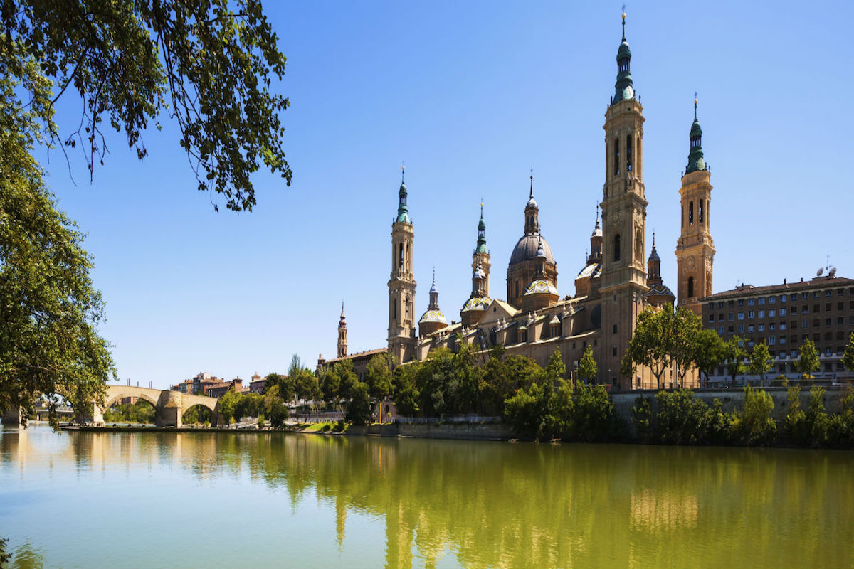 Vista de la catedral de Zaragoza desde el Ebro.