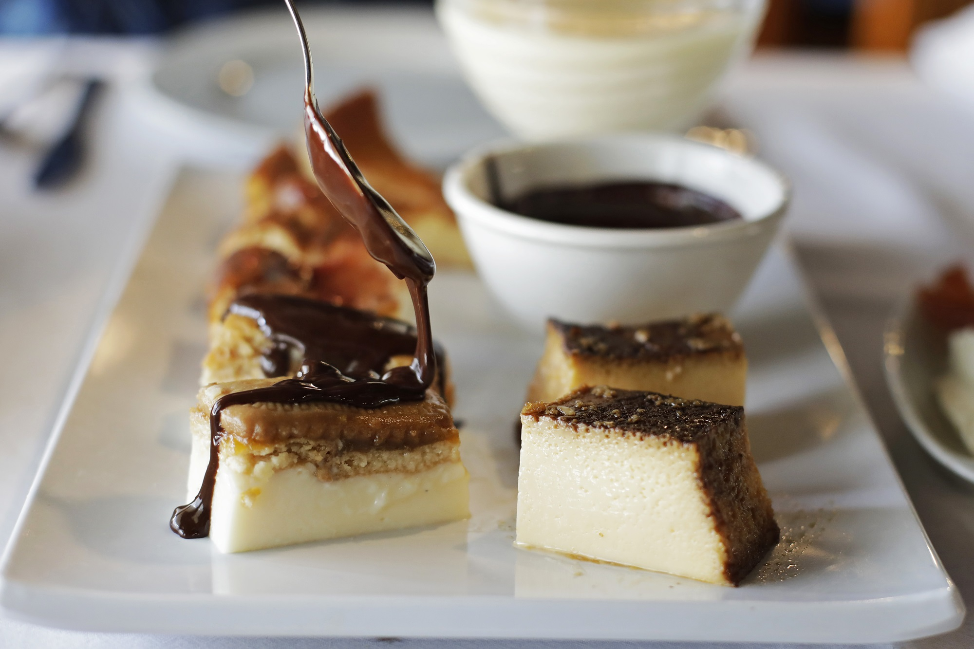 El chocolate caliente como colofón a la tarta de galleta con crema pastelera y mermelada de melocotón.