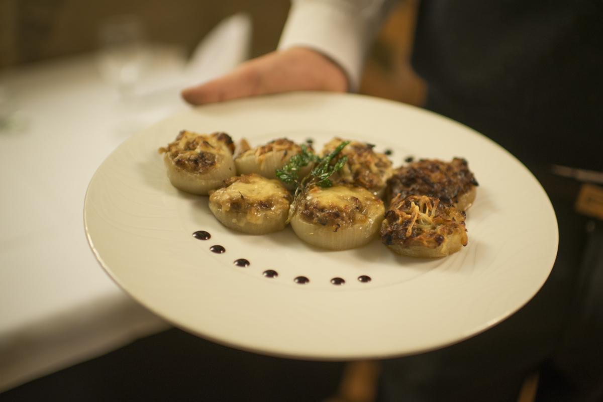 Cebollas rellenas de carne y especias al gratén del restaurante 'Matarraña'.