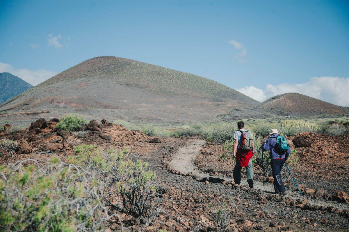 En dirección a la Montaña Grande por una vereda arenosa.