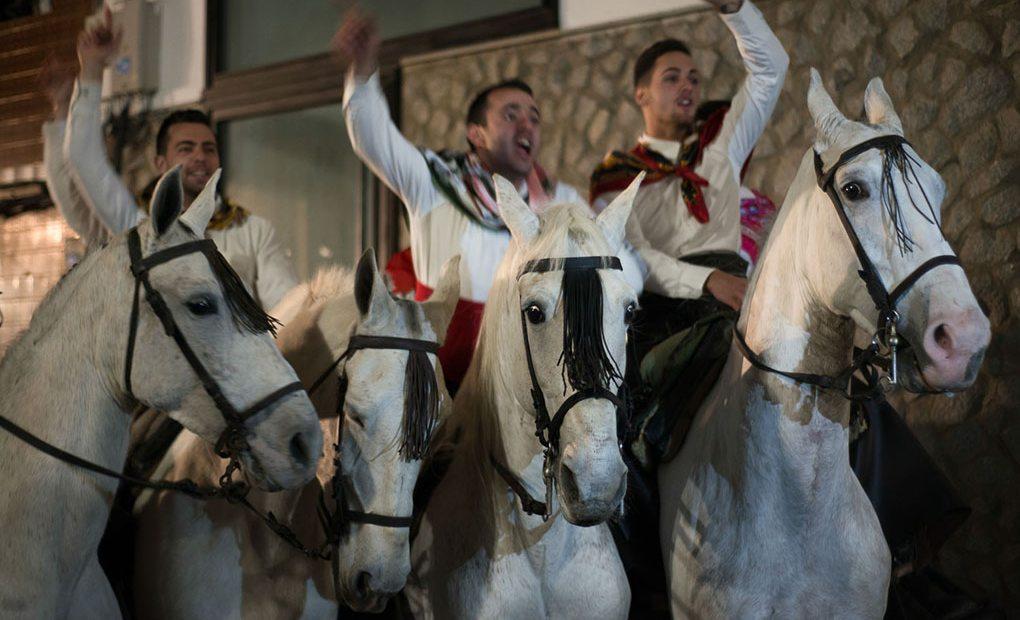 """Tres hombres con caballos celebrando la """"Encamisá"""". Foto: Manuel Ruiz Toribio."""