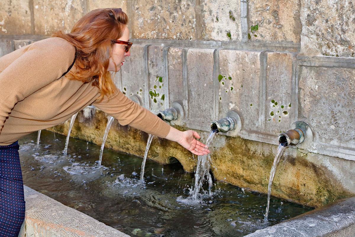 Beber de los chorros de esta fuente garantiza, según la leyenda, un novio.