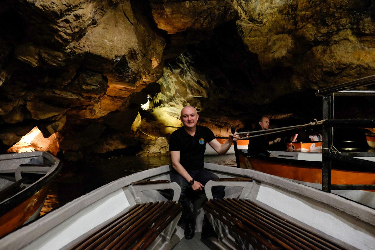 El barquero Juan José Cardona adora su trabajo y se nota en su labor como guía.