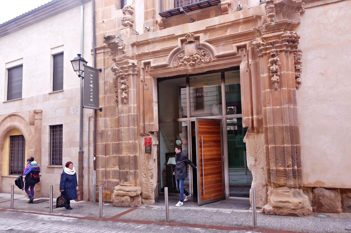 La fachada del edificio tiene dos siglos de historia en el centro de Soria.