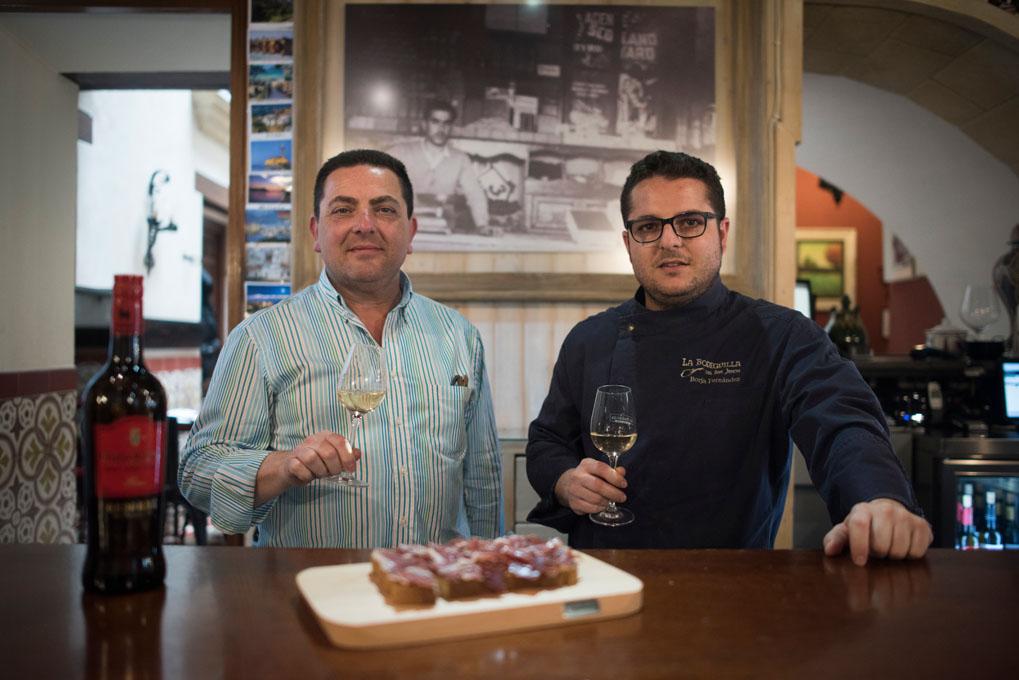 Rafael y su hijo Borja, junto a la fotografía del abuelo José. Foto: Marcos Moreno.