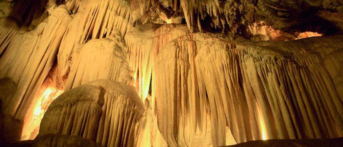 Formaciones de estalactitas en la gruta de las Maravillas.