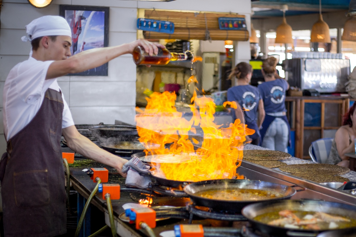 Los cocineros manejandose con los fuegos son la alternativa a las vistas al mar a la hora de elegir mesa.