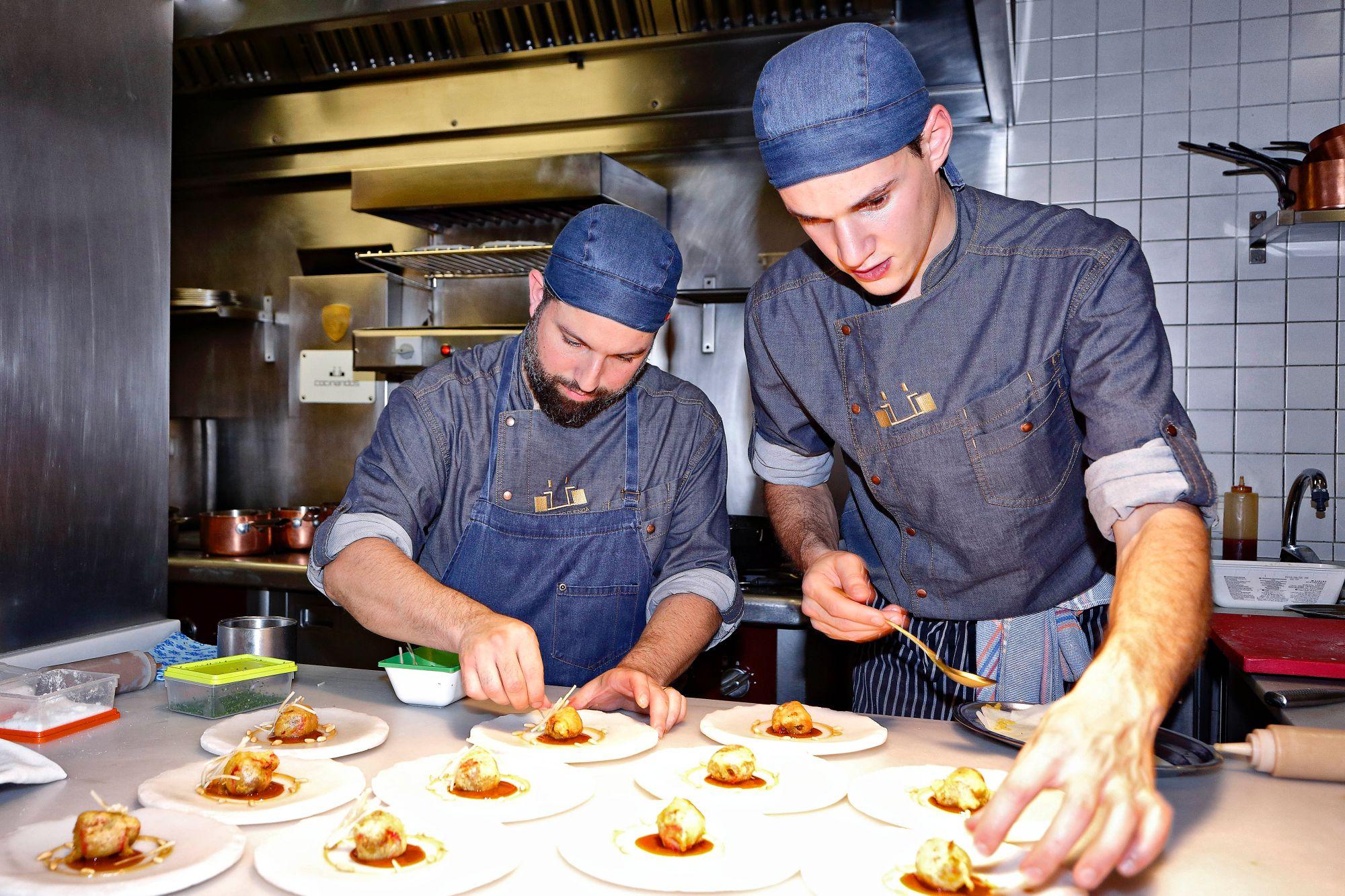 Restaurante 'Cocinandos' (León): Alejandro Cuencas (izq), jefe de cocina, junto a un ayudante.