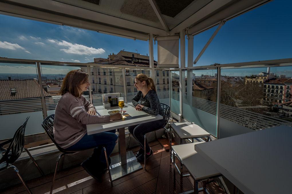 Dos mujeres sentadas en la terraza de Casa Granada