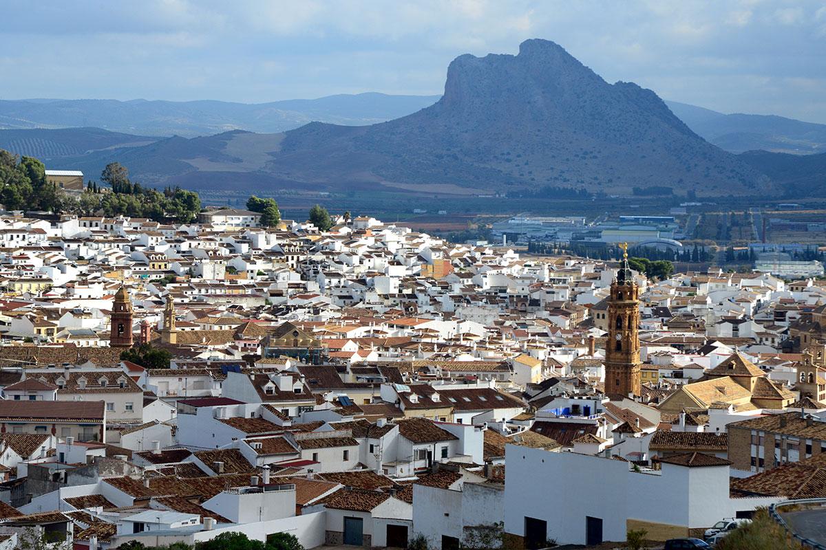 Antequera: Vista de Antequera con la Peña de los Enamorados en el horizonte. Foto: Alfredo Merino | Marga Estebaranz