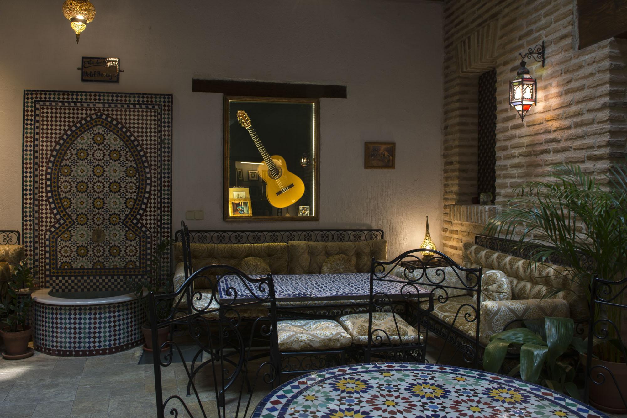 Planta baja del patio del hotel, con la guitarra de Paco de Lucía como protagonista absoluta.