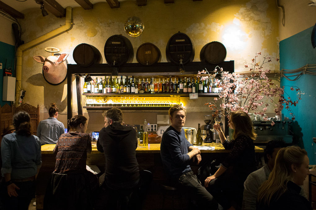 La barra del 'Bar Brutal', siempre con buen ambiente.