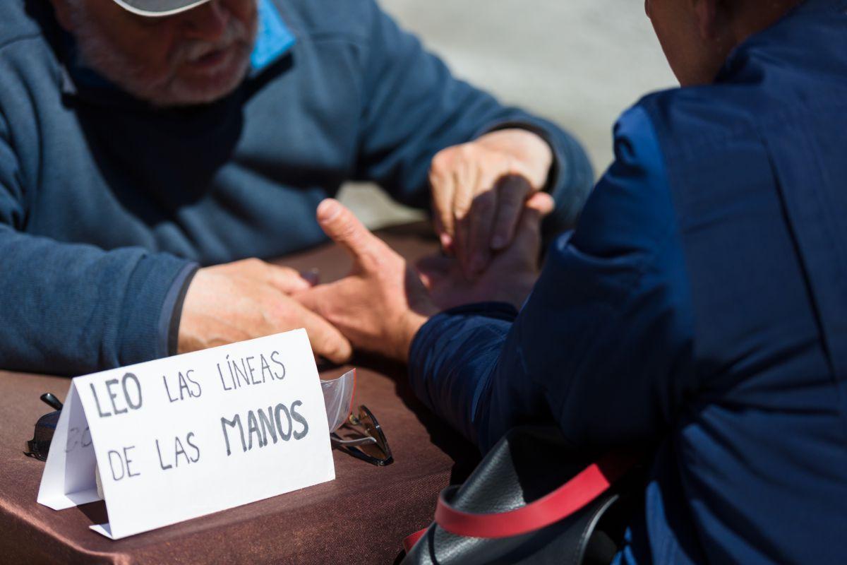 Un hombre lee las líneas de la mano en el mercadillo de Las Dalias, Ibiza.