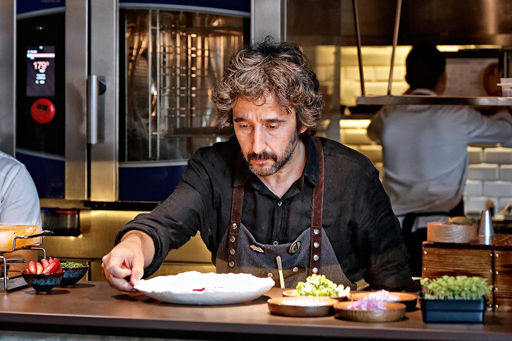 Diego Guerrero, concentrado en uno de los platos. Foto: Roberto Ranero.
