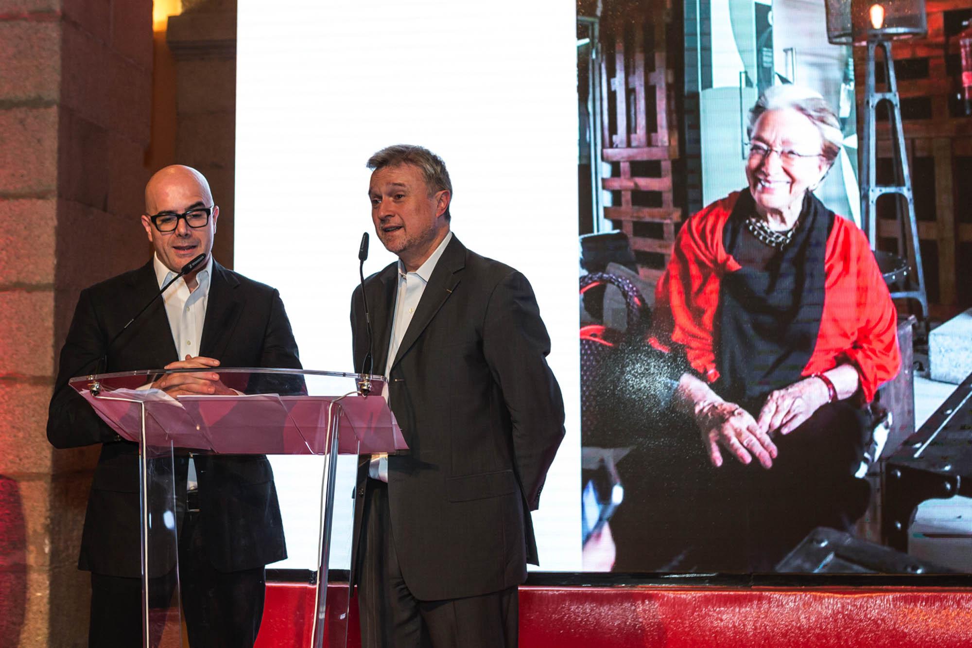 Los presentadores anuncian el premio a toda una vida a la fundadora de 'Alambique', Clara María González de Amezúa.