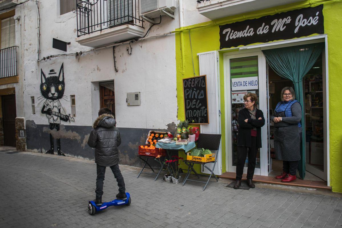 Las pinturas te asaltan por las calles del pueblo, como este gato rockero de Thiago Goms.