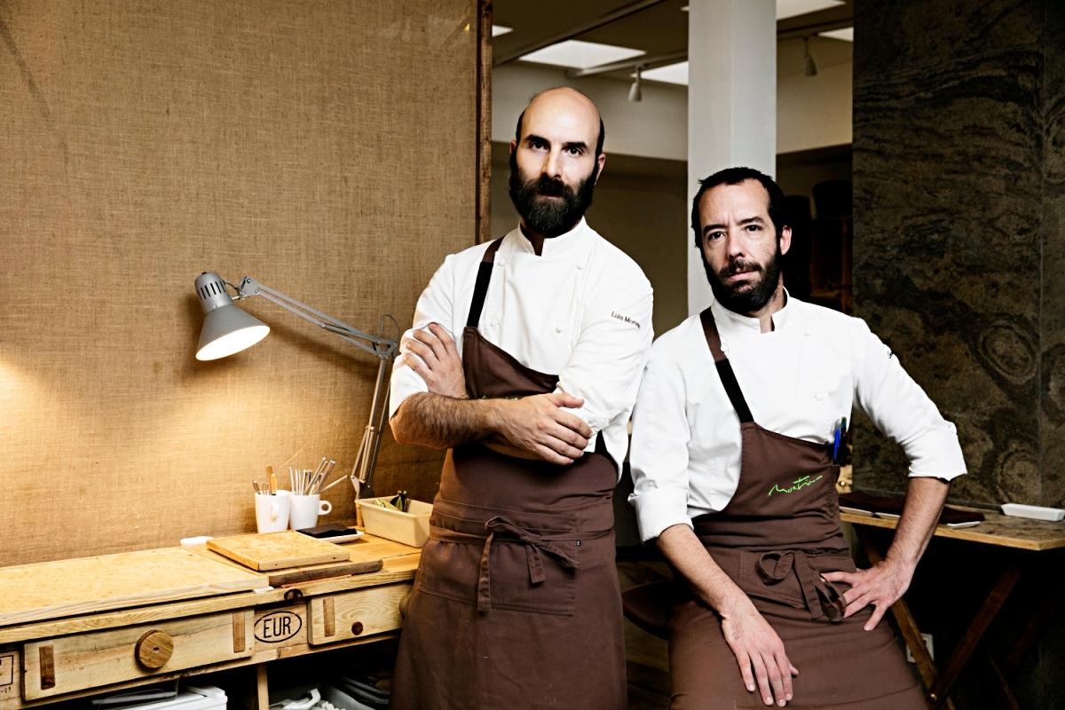 Luis y Daniel en la entrada de su restaurante.