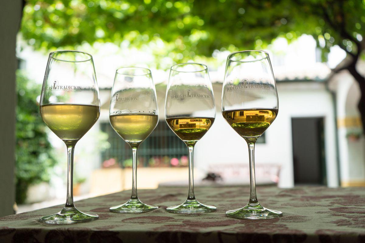 En las bodegas hay una pequeña sacristía donde los invitados catan algunos de sus mejores vinos.