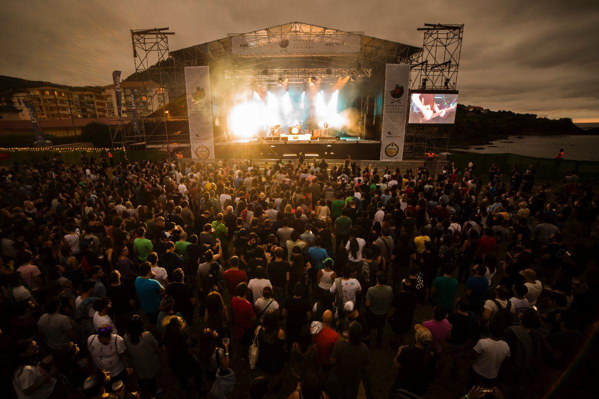 Vista del escenario del Mundaka festival, junto al mar, en Mundaka, Bizcaya.