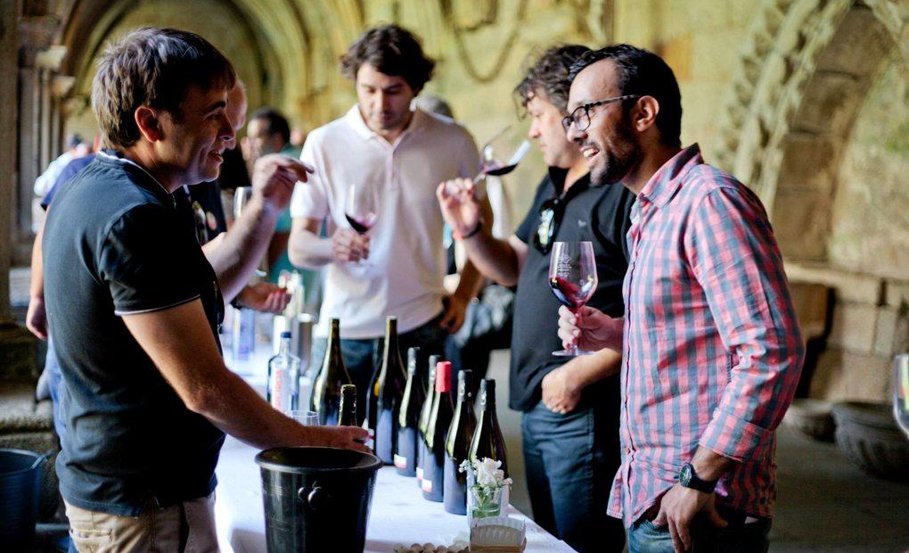 Entre vinos. Foto: Emoción dos Viños