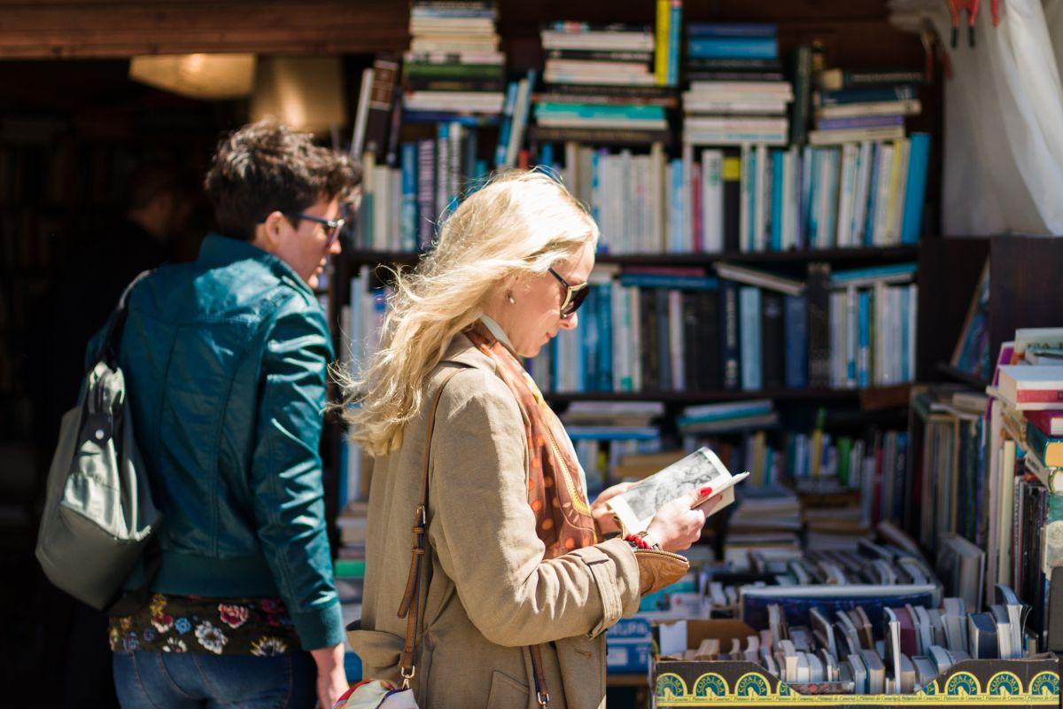 Una chica leyendo en un puesto de libros del mercadillo de Las Dalia, Ibiza.