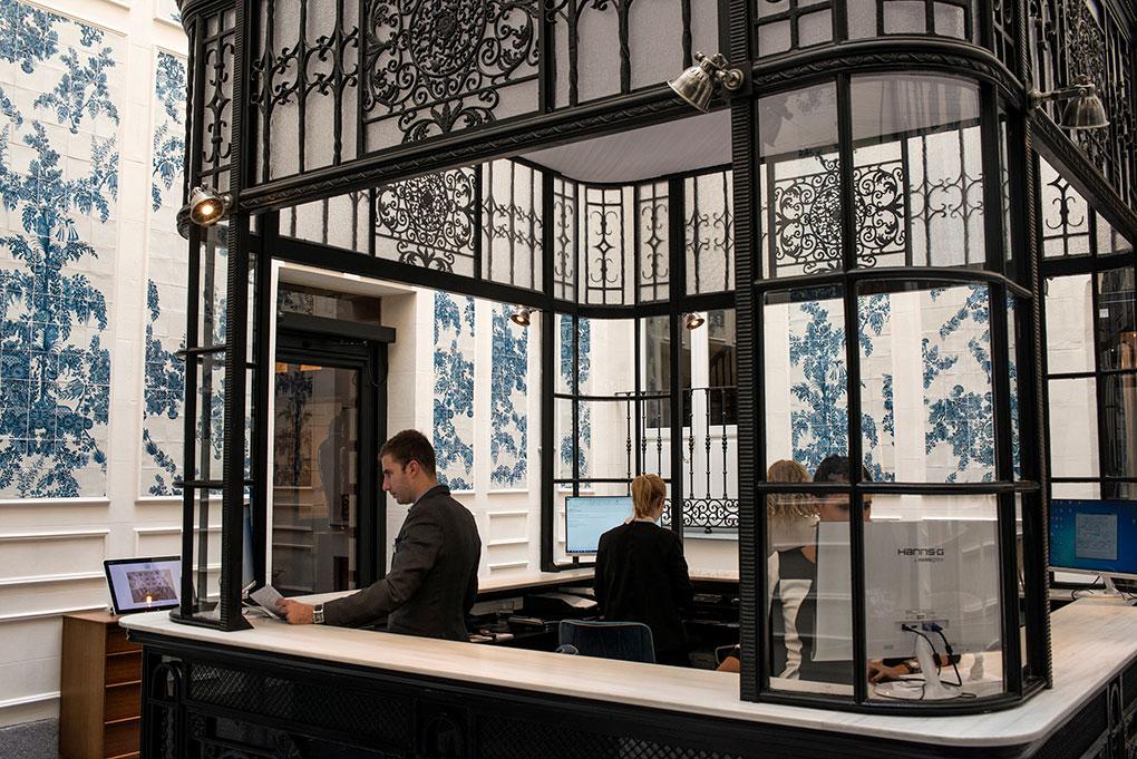 El luminoso lobby recuerda a los de los grandes hoteles de vacaciones de principios del siglo XX.